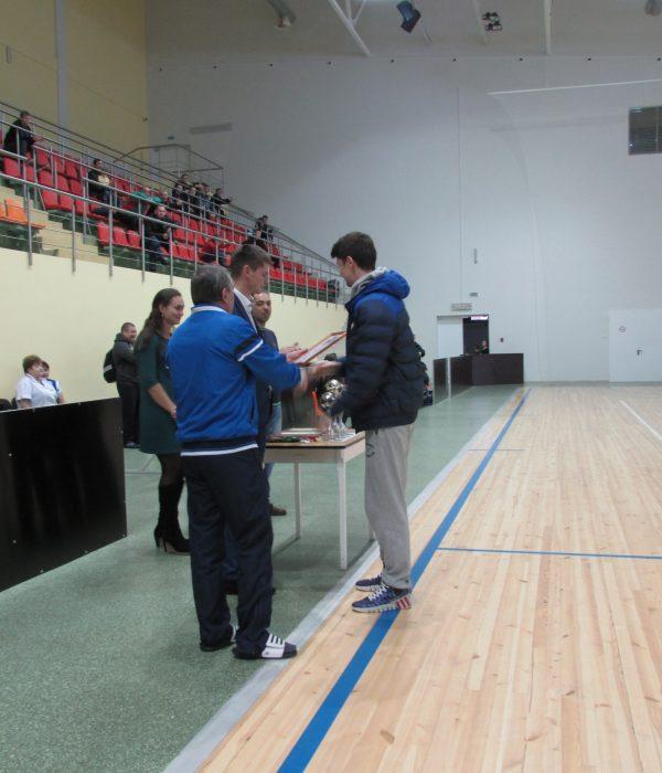 Вручение кубка за 3-е место капитану команды ПЭС
